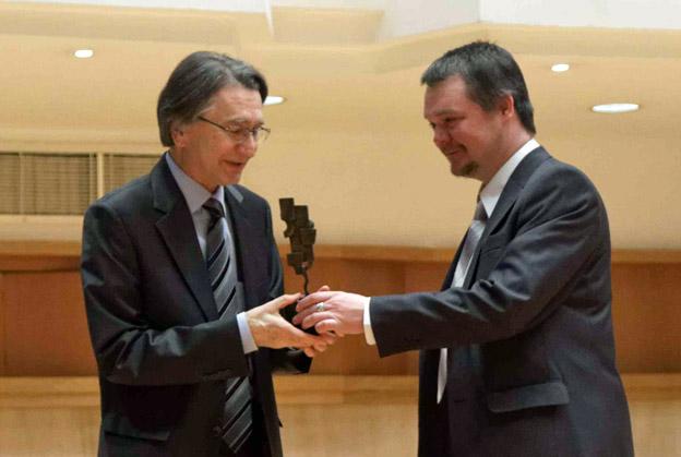 Evgeni Koroliov erhält den ICMA-Award aus den Händen von Jurymitglied Denis Bocharov (c) ICMA-Aydin Ramazanoglu