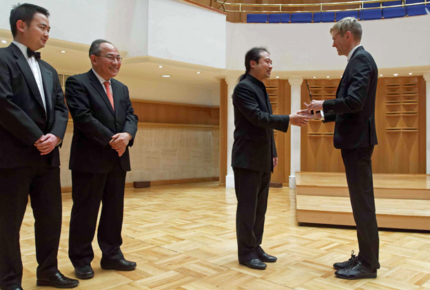 Wu Wei receiving the ICMA Award from Jury member Harri Kuusisaari, with representatives of the Seoul Philharmonic