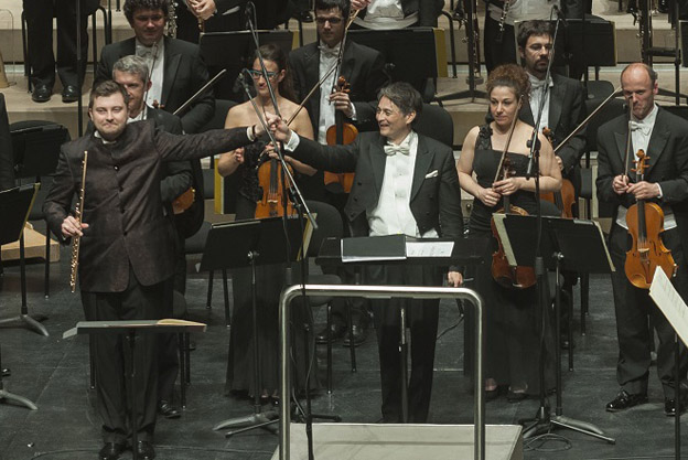 Lukasz Dlugosz, conductor Jun Märkl and the Euskadi Orchestra at the ICMA Gala in San Sebastian (1/4/16) © Juantxo Egana