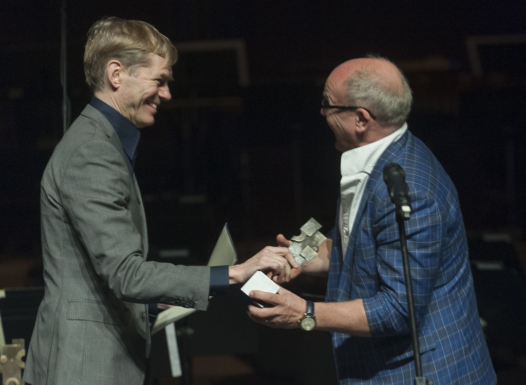 Christian Lindberg receives the trophy as Artist of the Year from Harri Kuusisaari (Rondo Classic)