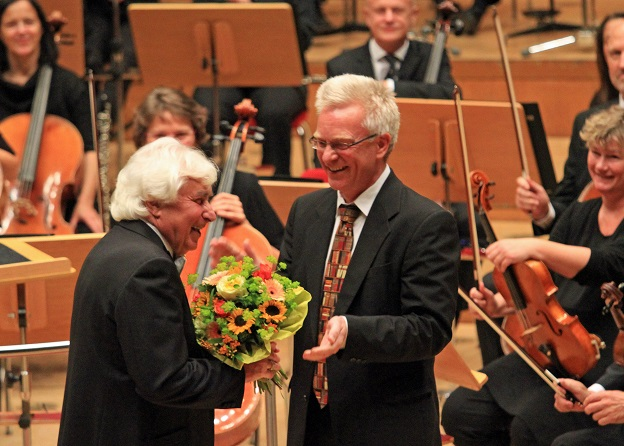 At the end of the concert, the musicians's President Georg Heimbach thanked Maestro Kitajenko for the long-term collaboration