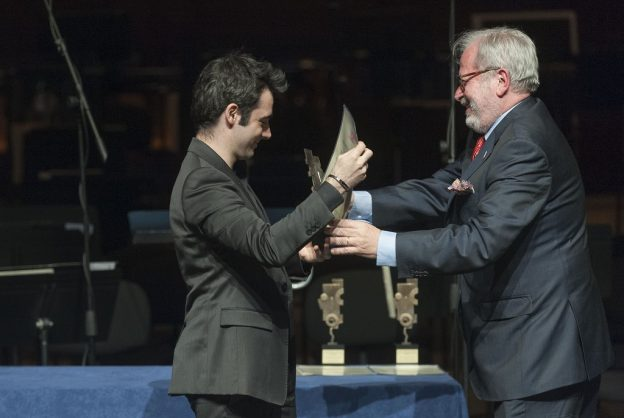 Young Artist of the Yesar Pablo Ferrandez receiving his trophy from Luis Sunen (Scherzo) (c) Juantxo Egana
