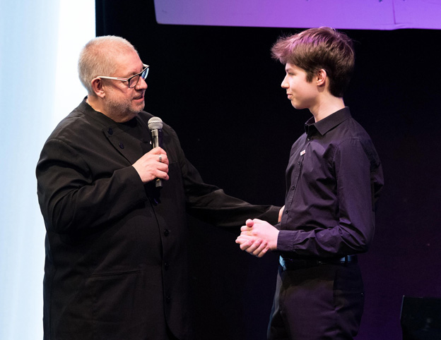 Rmy Frabck congratultes young German pianist Robert Neumann, Discovery Award 2017